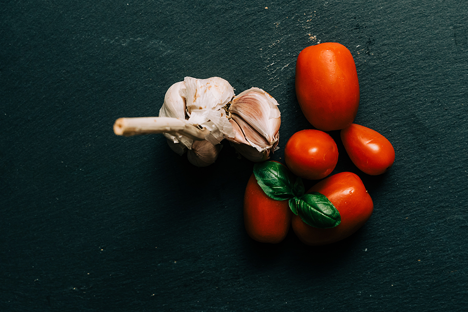 losing-weight-heart-of-wellness-food, image of tomatoes and garlic